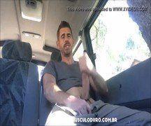 Maduro gato e dotado toca bronha no carro