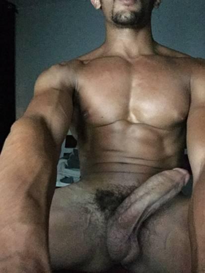 negro-sarado-dotado-em-foto-gay-para-o-punheta-gay