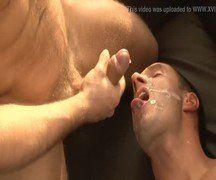 Gay tomando a maior gozada na cara