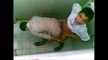 Machos safados fodendo no banheiro são pegos no flagra