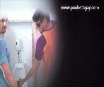 (Nacional) Mamando o pau do boy gato no banheiro