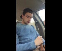 Novinho lindo em punheta no carro