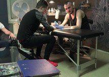Tatuadores tchecos fazendo a maior putaria no estúdio